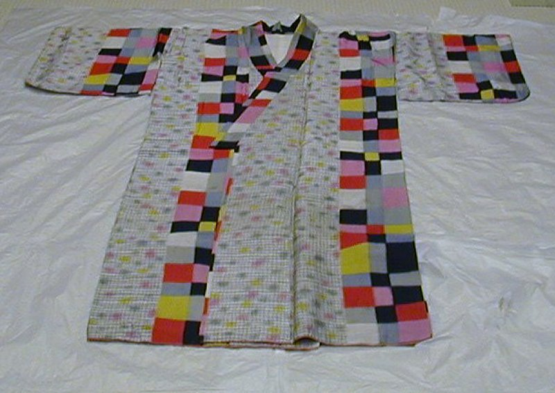 vertical panels with two alternating designs: white with gray crisscrossing lines with gray, pink, and yellow spots, or pink, red, yellow, gray, black, and white checkers