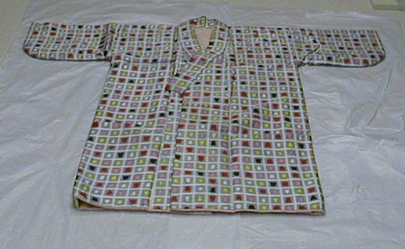gray rectangle pattern; enclosed in each rectangle is a pink, red, white, yellow, or black trapezoid; pink lining inside