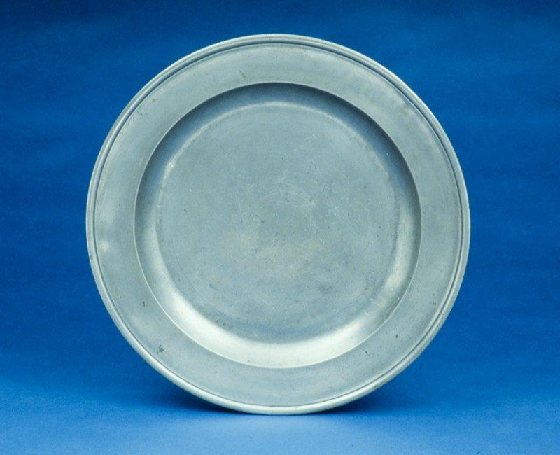plain flattened bowl with raised rim